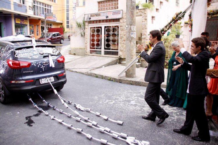 A tradição das latas no carro de casamento