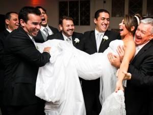 Foto padrinhos segurando a noiva
