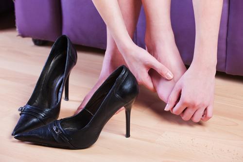 5 Maneiras infalíveis para amaciar sapatos para casamento apertados - dicas