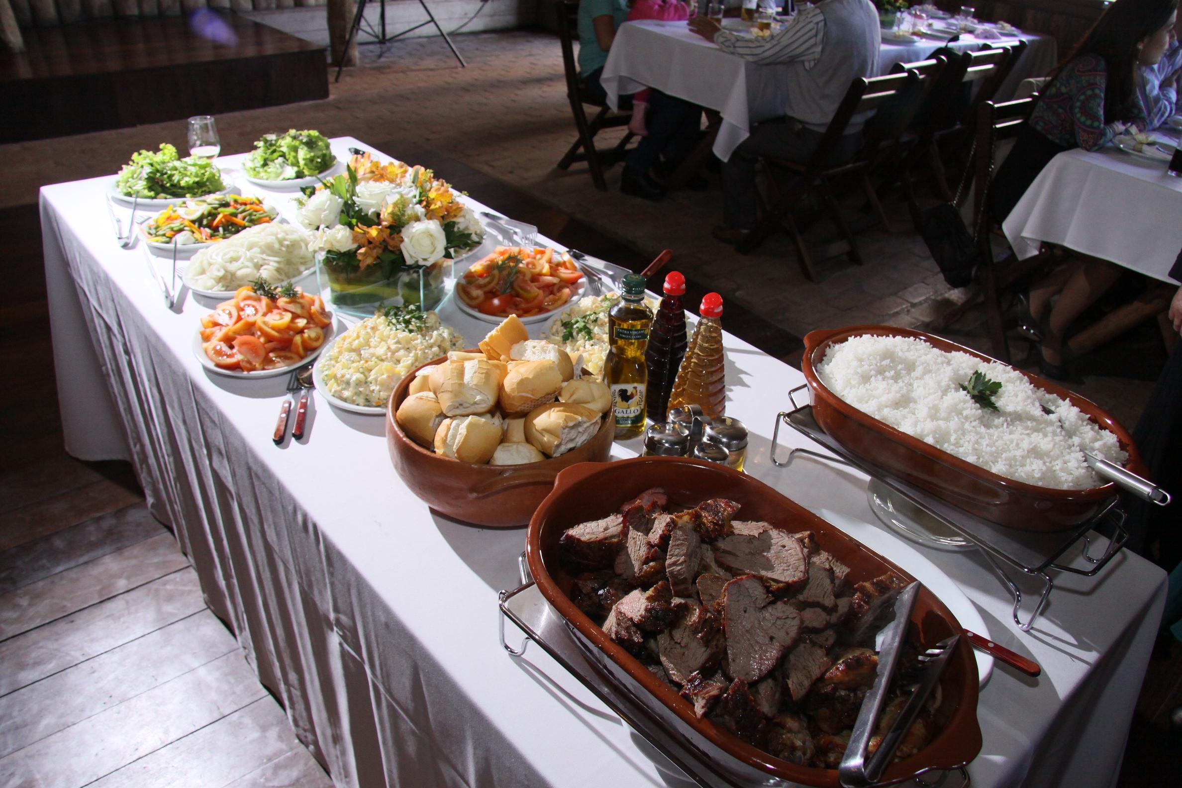 Festa de casamento barata - churrasco ou buffet? bolo de casamento? coquetel? dicas